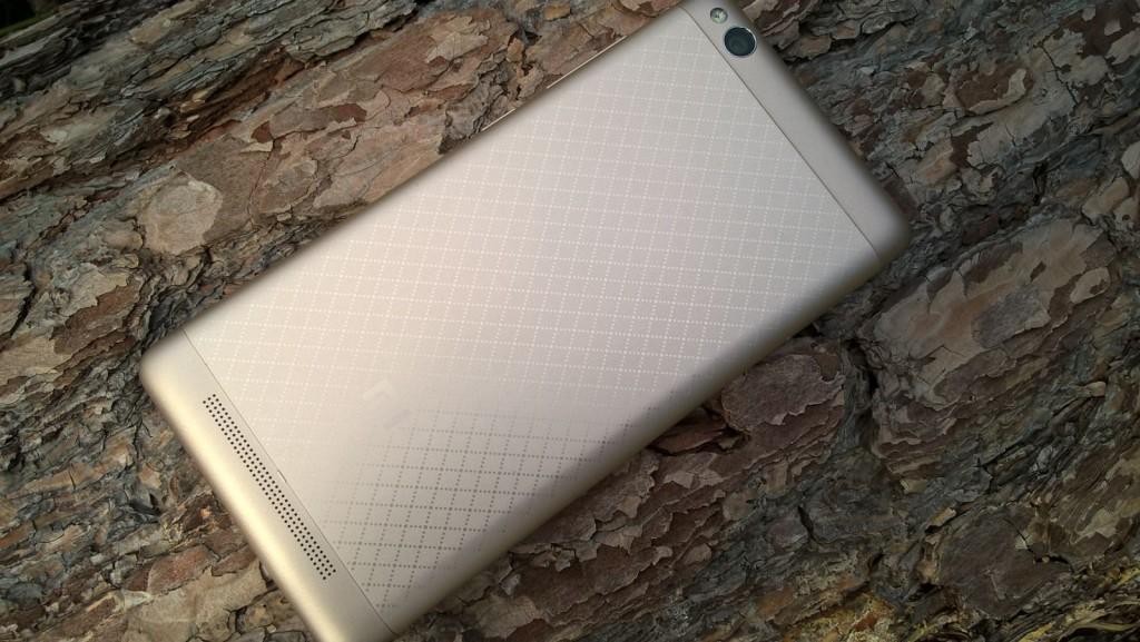 Zadní strana zlatého Xiaomi Redmi 3
