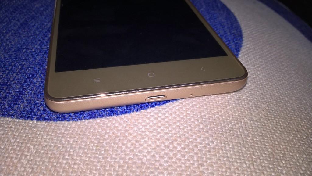 Dolní strana zlatého Xiaomi Redmi 3